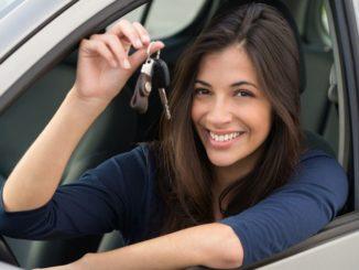 Femme achetant une voiture d'occasion
