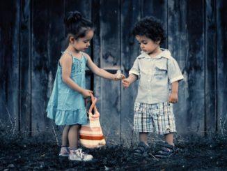 deux enfants en extérieur